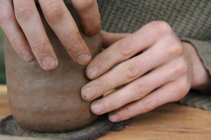 Lipināšanas tehnika. Māla podi tiek formēti pašā senākajā – lipināšanas tehnikā, lēnām formu veidojot no savstarpēji salīmētām māla sloksnītēm.