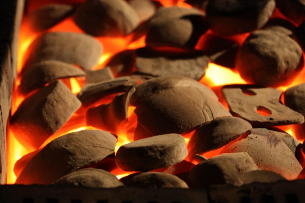 Lai māls sasniegtu termonoturības robežu, tas jāsakarsē līdz aptuveni 1050 C, atkarībā no māla veida. Šādā temperatūrā, tas kļūst pat baltkvēlojošs un viegli caurspīdīgs.