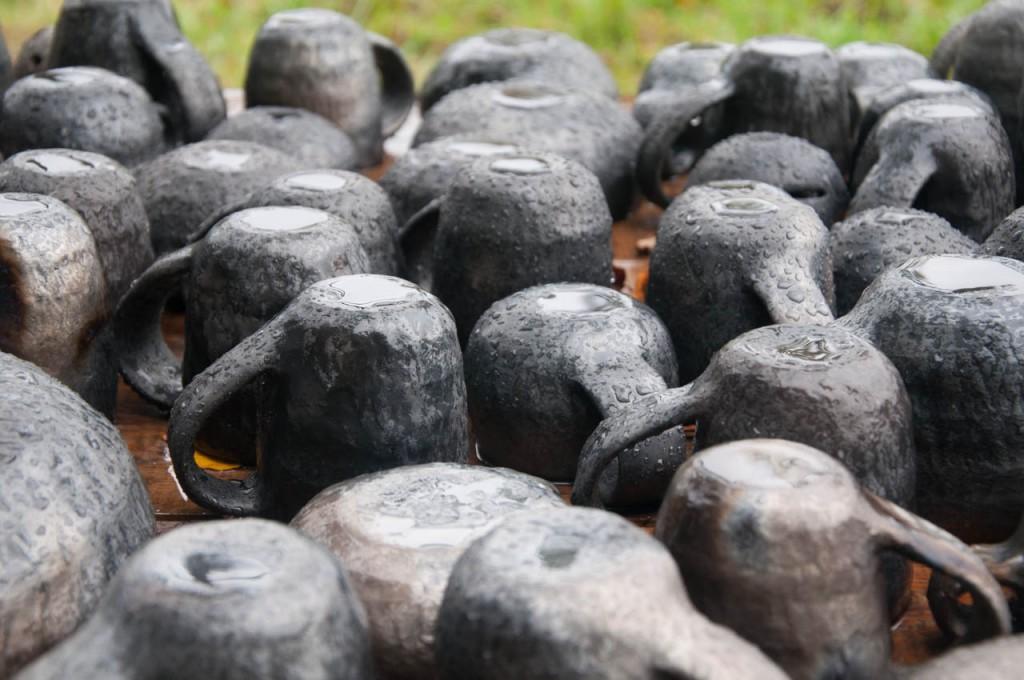 Svēpētajai keramikai ir raksturīga melna krāsa – tā tiek iegūta cepli slāpējot kurināšanas beigās. Tiek bloķēta skābekļa piekļuve degšanas procesiem un māls maina ķīmisko sastāvu, kam arī raksturīga melnā krāsa.
